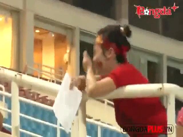 Fan nữ khóc ngất chạy theo xin chữ ký Công Phượng