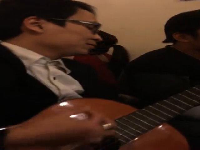 Toàn Shinoa đàn hát với bạn bè