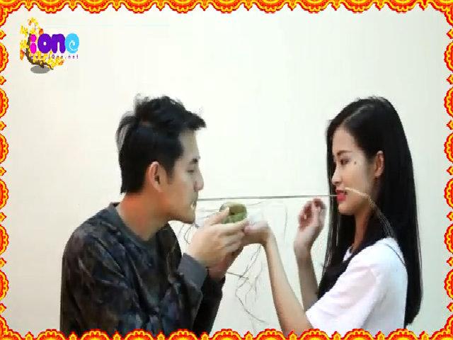 Video: Đông Nhi cùng Ông Cao Thắng cắt bánh tét bằng miệng cực vui nhộn