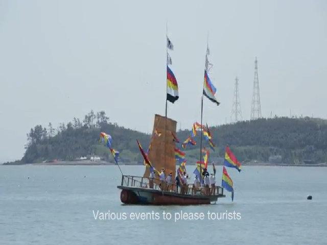 Vùng biển tách đôi thành con đường nối giữa hai hòn đảo ở Hàn