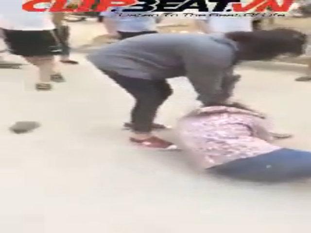 Video nữ sinh đánh nhau, bạn bè cổ vũ nhiệt tình