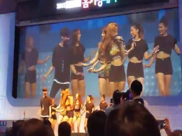 Girl's Day nhảy cùng fan nam