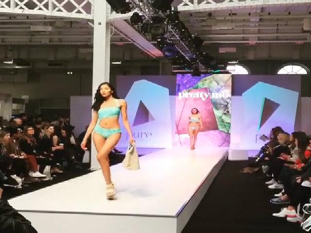 Hoàng Thùy trình diễn bikini ở Anh