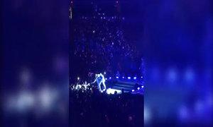 Selena vò nát mảnh giấy 'Hãy cưới Bieber'