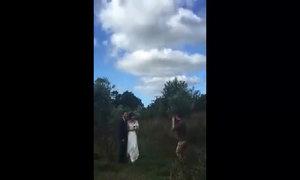 Thợ chụp ảnh lăn lộn, 'diễn sâu' chọc cười cô dâu chú rể