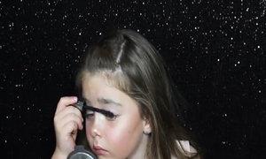 Bé gái tự chuốt mascara, gắn lông mi giả thu hút triệu người xem