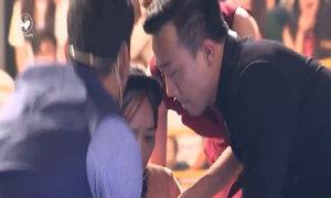 Lê Thị Dần bị huấn luyện viên khiêng xuống sân khấu vì nói quá nhiều