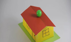 Bóng lăn và đứng cân bằng được trên mái nhà khiến người xem khó hiểu