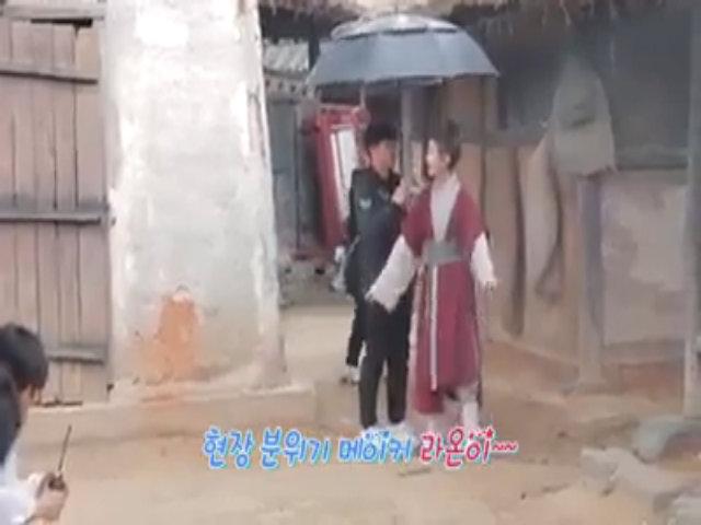 Chô Ha xoa tay sưởi ấm Ra On trong hậu trường