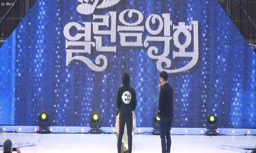 Na Yeon TWICE ghi điểm khi cứu Momo khỏi tai nạn sân khấu nguy hiểm