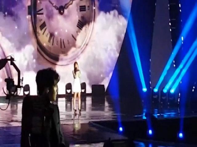 Nhân viên SBS đi lại, dọn rác khi Tae Yeon đang biểu diễn