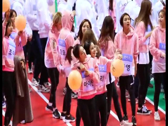 Jung Yeon (Twice) liên tục 'sàm sỡ' Momo trước đám đông