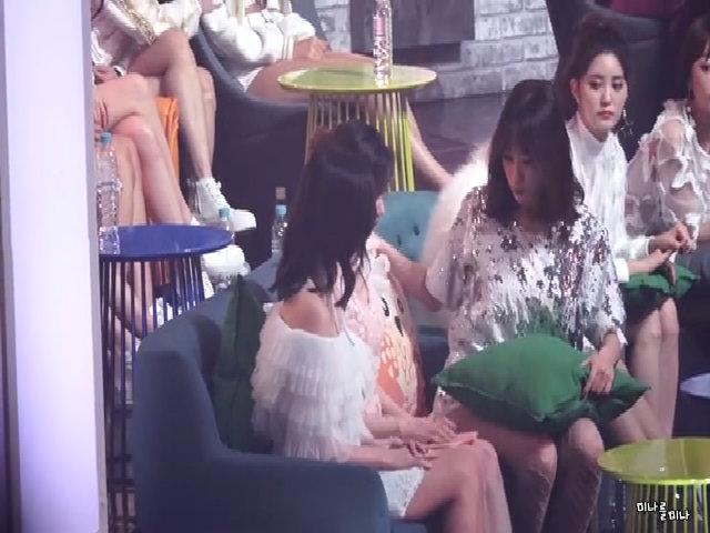 Hani (EXID) ga lăng, chăm sóc Mina và Sana (TWICE)