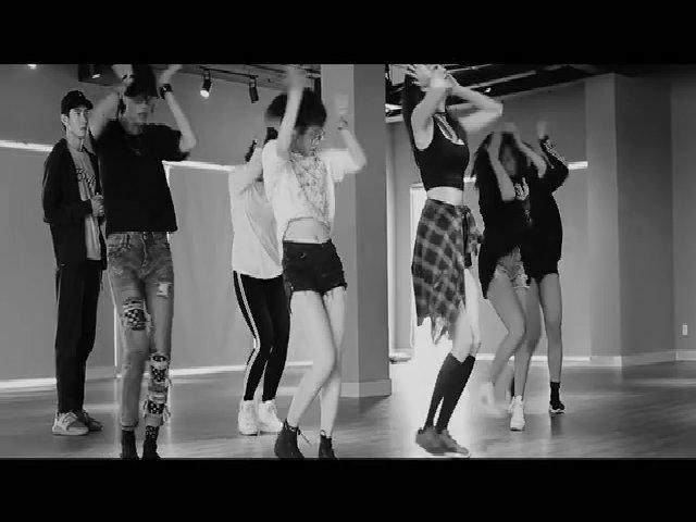 Lan Khuê nhảy sexy bên Quang Đăng