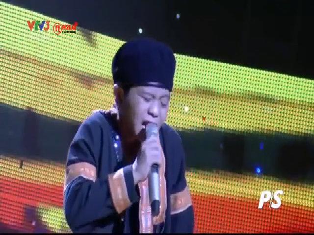 Quang Anh hát 'Chiếc khăn piêu'