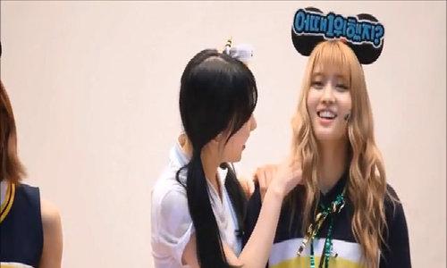 Na Yeon liên tục che chắn, bảo vệ Momo khỏi sự cố hớ hênh
