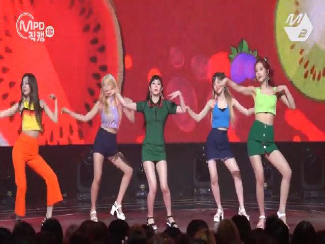 Một bài hát, Irene (Red Velvet) kéo váy 11 lần vì quá ngắn