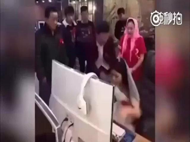 Cô dâu mải chơi game, cả nhà ra quán net kéo về tổ chức đám cưới