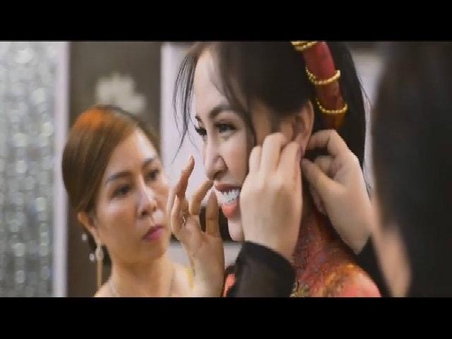 Trang Pilla trong lễ đính hôn với Thế Bảo