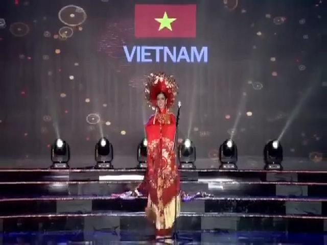 Huyền My trình diễn phần thi quốc phục
