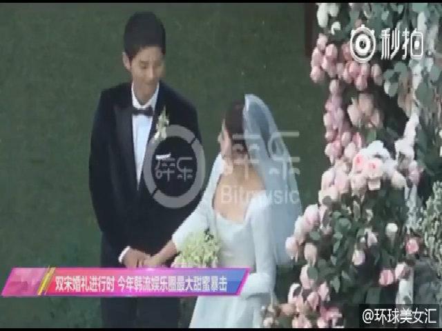 Song - Song cười tươi nắm tay nhau trong đám cưới