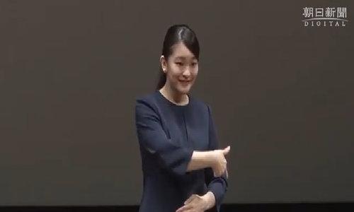 Mako nói chuyện bằng ngôn ngữ ký hiệu