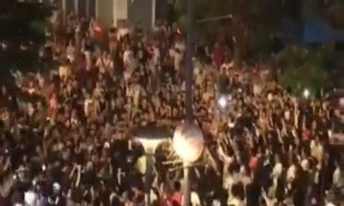 Mỹ Tâm xuất hiện trong vòng vây fan ở phố đi bộ