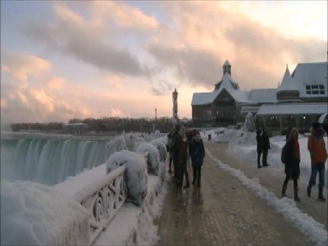 Nhiệt độ giảm sâu, thác nước hùng vĩ bậc nhất thế giới đóng băng