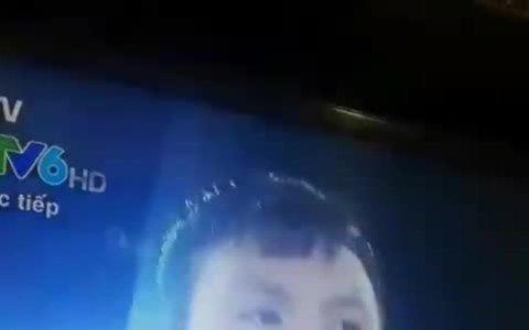 Quang Hải nháy mắt trước ống kính máy quay khiến fan nữ bấn loạn
