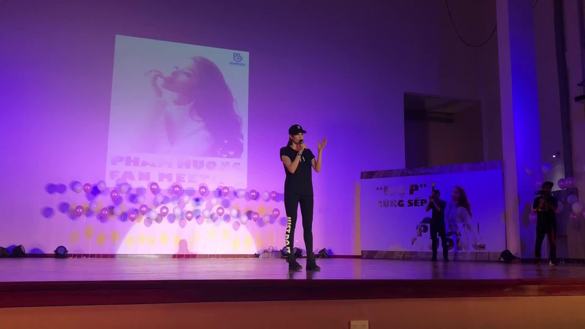 Phạm Hương khóc nức nở khi đọc 'tâm thư' fan gửi cho