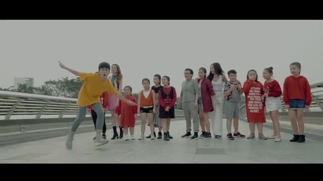 Phương Uyên - Thiều Bảo Trang 'quậy tưng' với học trò trong MV Tết