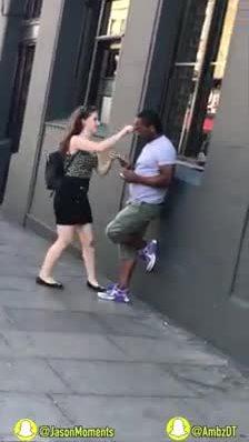 Cặp đôi lầy lội thử phản ứng người đi đường khi ăn trộm kính