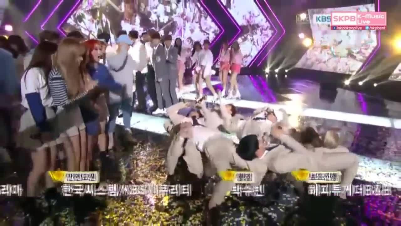 """Màn ăn mừng """"lầy lội"""" trên sân khấu của BTOB"""