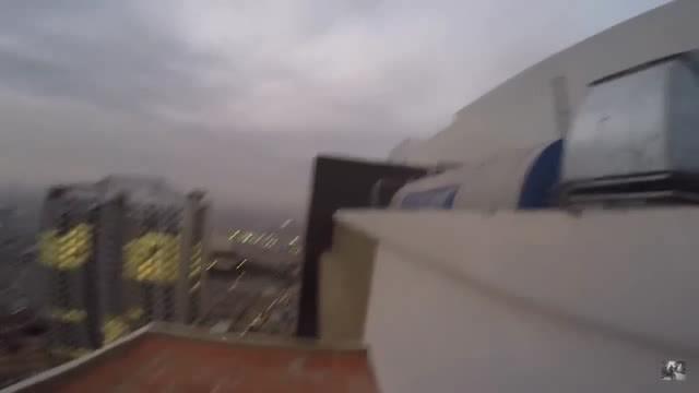 3 thanh niên bất chấp check in ở tòa nhà 38 tầng gây tranh cãi