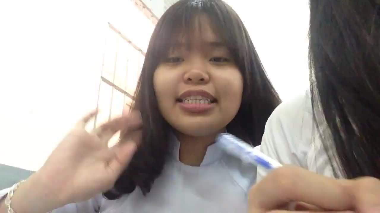 Nữ sinh Sài Gòn bất ngờ bị cô giáo gọi đọc bài vì tội 'diễn sâu'