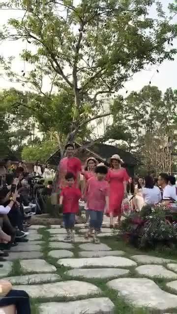 Con gái Phan Anh ra dáng hot girl khi diễn thời trang cùng bố mẹ