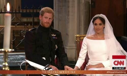Hoàng tử Harry hôn Meghan Markle ngọt ngào ở lễ cưới