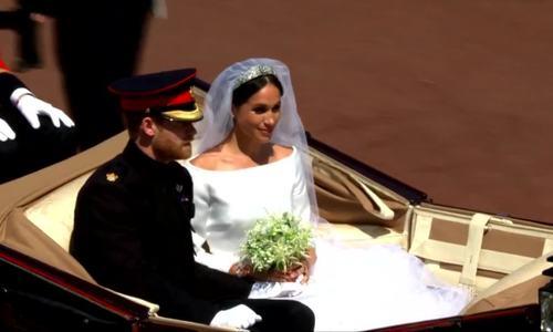 Vợ chồng Hoàng tử Harry diễu hành trên xe ngựa