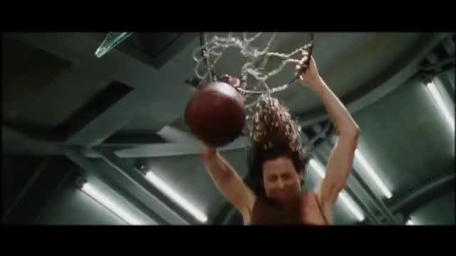 Cảnh ném bóng rổ như đùa mà là thật trong 'Alien Resurrection'