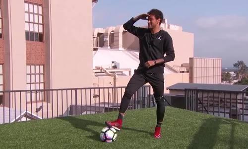 Thử thách vui: Neymar Jr sút bóng qua mái nhà