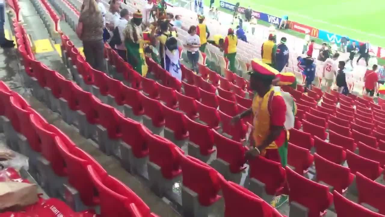 CĐV Senegal được khen ngợi vì cùng nhau dọn rác sau trận đấu