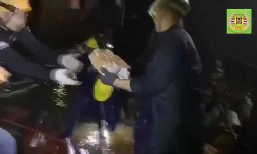 Thợ lặn rút nước ra khỏi hang Tham Luang