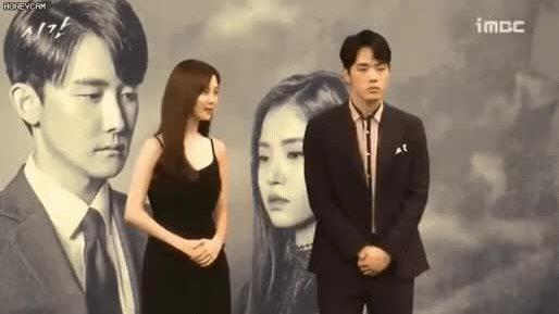 Bạn diễn của Seo Hyun biểu cảm vênh váo, xa lánh nữ chính ở họp báo