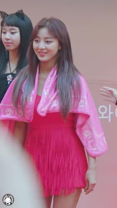 Ji Hyo vừa nhảy vừa che khăn vì váy quá hở