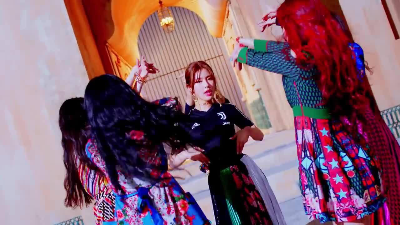 Girlgroup tân binh nhà Cube tung MV, fan Black Pink 'câm nín'