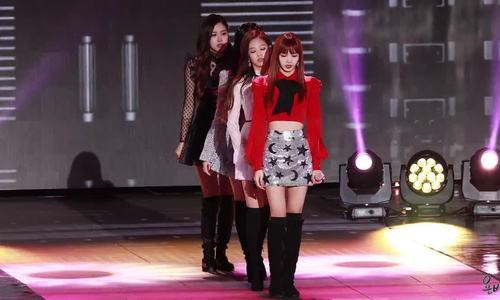 Jennie hết mình khi biểu diễn