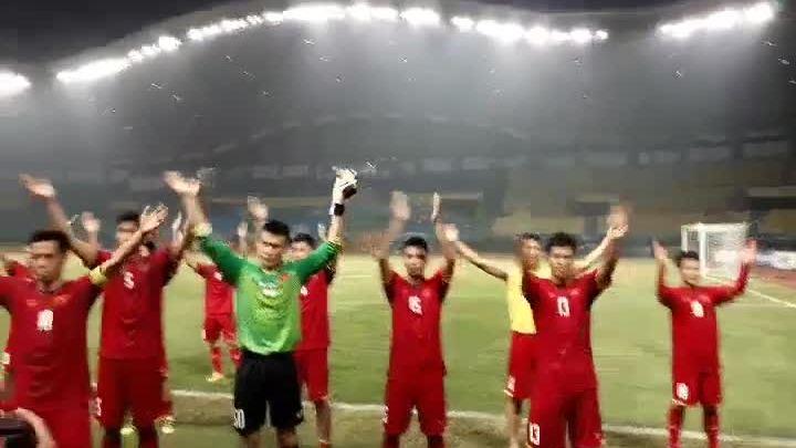 Cầu thủ Olympic Việt Nam ăn mừng chiến thắng bằng điệu Viking Clap