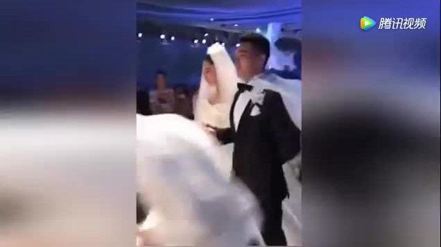 Trương Hinh Dư khoác tay chồng vào lễ đường