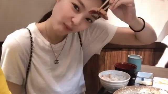Jennie nhún nhảy vui vẻ khi được ăn ngon
