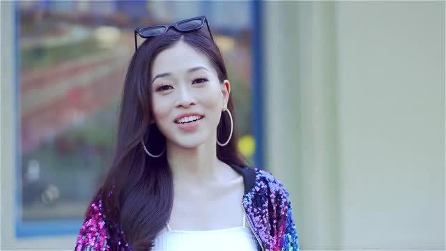 Bùi Phương Nga bắn tiếng Anh chuẩn trong clip giới thiệu tại Hoa hậu Hòa bình Quốc tế